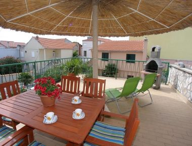 Appartements Petar - 150m from the city center: A3(3+1)-balkon, A1(3+2)-Terasa, SA2(2)-Terasa, SA5(2+1)-Balkon, R7(2)-Balkon, R4(2+1)- trokrevetna, R8(2), R9(2) Vodice - Riviera de Sibenik