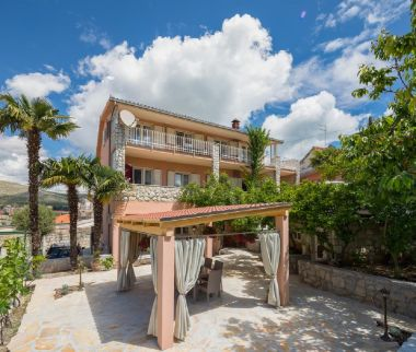 Appartements Dora - with nice courtyard: A1(4), SA2(3) Trogir - Riviera de Trogir